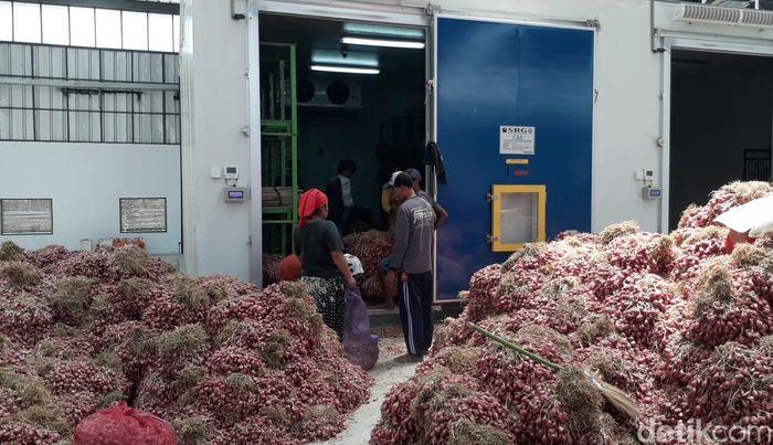 Pemkab Brebes, Jawa Tengah, melakukan uji coba penyimpanan bawang merah dengan teknologi Controlled Atmospher System (CAS), di kompleks pasar bawang Desa Klampok Kecamatan Wanasari. Nantinya, pengelolaan gudang CAS ini juga akan dibarengi dengan SRG (sistem resi gudang). Gudang berteknologi canggih ini diharapkan bisa mengatasi permasalahan yang dihadapi petani saat harga sedang jatuh.