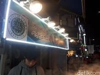 Logo halal MUI dipasang salah satu lapak PKL yang berlokasi di Jalan Myeongdong, Seoul, Korea Selatan (Asep Syaifullah/detikcom)
