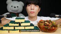 Gokil Pria Korea Ini Rekam Aksinya Makan Sisir dan Spons