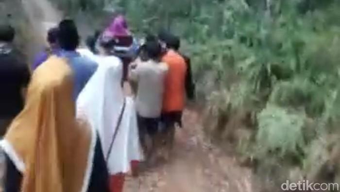 Foto: Ibu Hamil di Lebak Keguguran saat Ditandu 7 Km Akibat Jalan Rusak (screenshoot-ist)