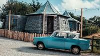 Penginapan The Groundskeepers Cottage adalah replika dari rumah Hagrid. Mulai dari bentuk rumah sampai atapnya dibuat sangat mirip (The Groundskeepers Cottage)