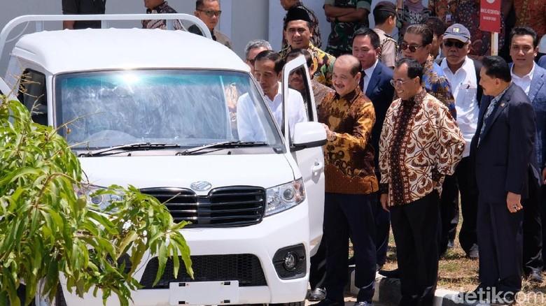 Foto: Presiden Joko Widodo (Jokowi) meninjau pabrik mobil Esemka yang terletak di Boyolali, Jawa Tengah (Andhika-detikcom).
