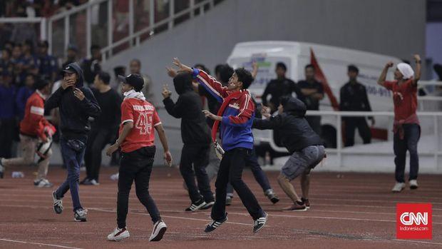 Laga Indonesia vs Malaysia di GBK berakhir rusuh. (
