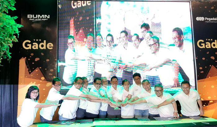 Sejumlah direksi BUMN dan korporasi berfoto bersama seusai menandatangani nota kesepahaman pada acara kolaborasi program layanan BUMN di Bandung, Jawa Barat, Kamis (5/9/2019). Foto: dok. Pegadaian