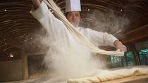 Chef Jepang Ini Buat Mie Telur Terpanjang di Dunia  183 Meter