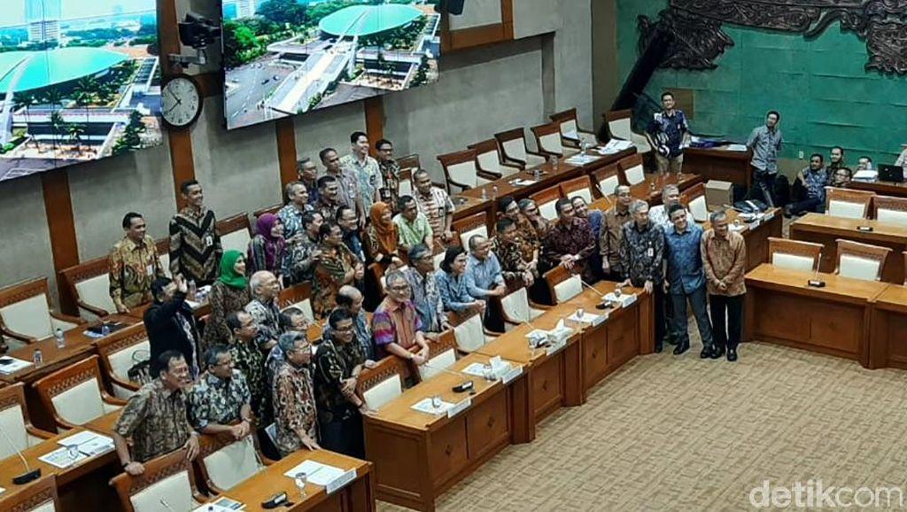 Tunggu Anggota DPR, Sri Mulyani Foto Bareng Pejabat Kemenkeu