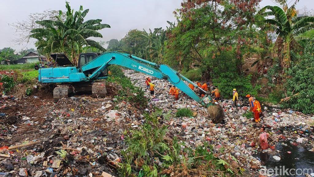 Lautan Sampah Kali Jambe Bekasi Mulai Dibersihkan