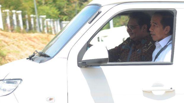 Jokowi disopiri Menteri Perindustrian Airlangga Hartarto saat mencoba pikap Bima di pabrik Esemka, Boyolali, Jawa Tengah.