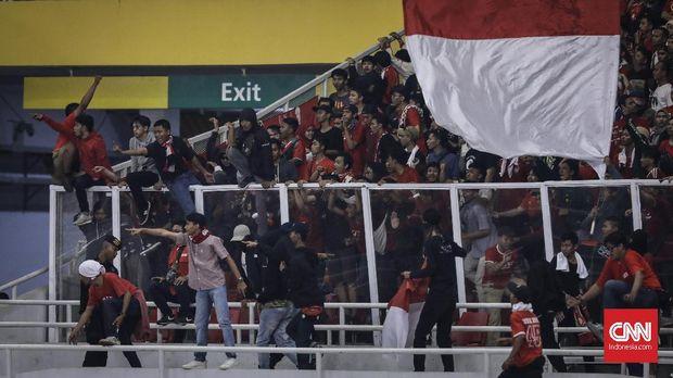 Kerusuhan antara suporter Indonesia dan Malaysia di Stadion GBK pada laga Indonesia vs Malaysia. (