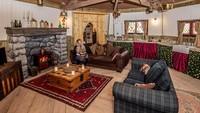 Siapa pun boleh ikut sayembara ini, tinggal daftar di situs resmi The Groundskeepers Cottage. Pemenangnya boleh mengajak 4 orang untuk menginap bersama (The Groundskeepers Cottage)