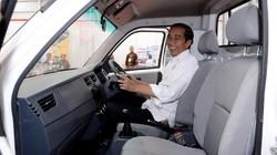 Semringahnya Jokowi Jajal Esemka Bima