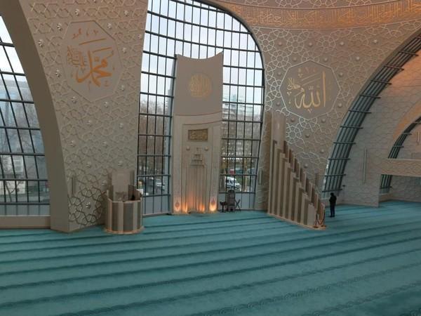 Selain bagian luarnya, bagian dalam masjid pun tak kalah cantiknya. Para jemaah biasanya mengagumi mengagumi kubah transparan setinggi 35 meter. Cahaya masuk ke ruangan menerangi kaligrafi emas di dinding. (Venny Elysa Braun/dTraveler)
