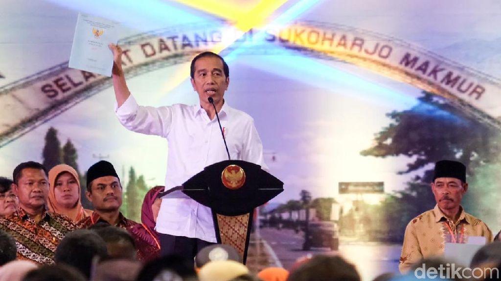Dipakai Tinjau Karhutla, Ini Sepatu Kotor Jokowi yang Dinyinyirin Netizen