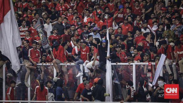 Meski pecahkan rekor penonton, laga Indonesia vs Malaysia berujung kerusuhan.