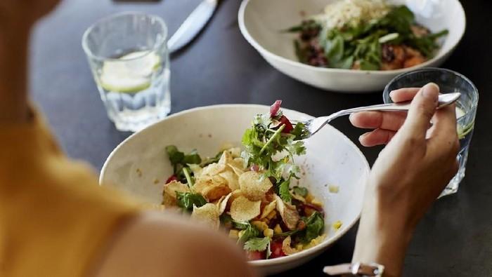 Reverse diet dilakukan dengan perlahan menaikkan asupan kalori tubuh. (Foto: iStock)