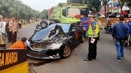 Foto: Ringsek 4 Mobil Diseruduk Dump Truck di Bintaro