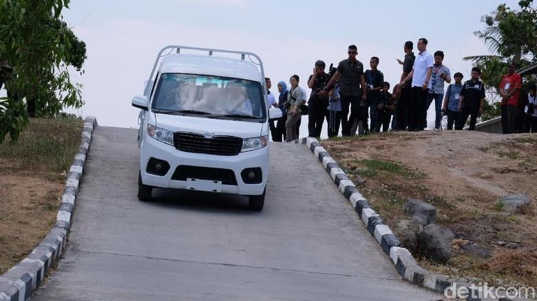 Jokowi menjajal mobil Esemka. (Andhika Prasetia/detikcom)
