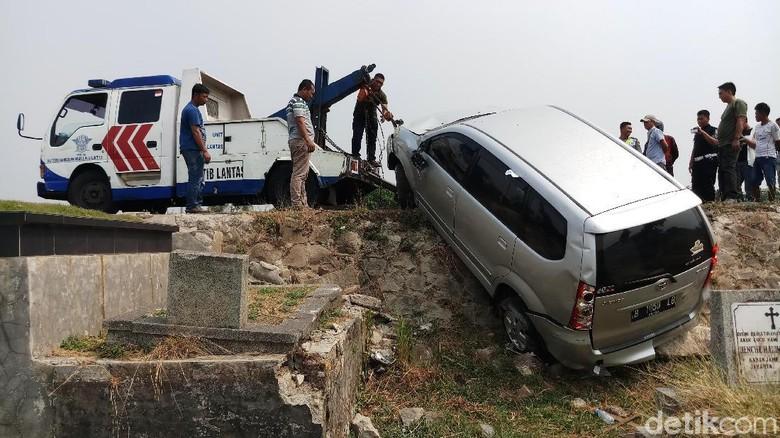 Mobil yang Terguling Timpa Makam TPU Tanah Kusir Dievakuasi