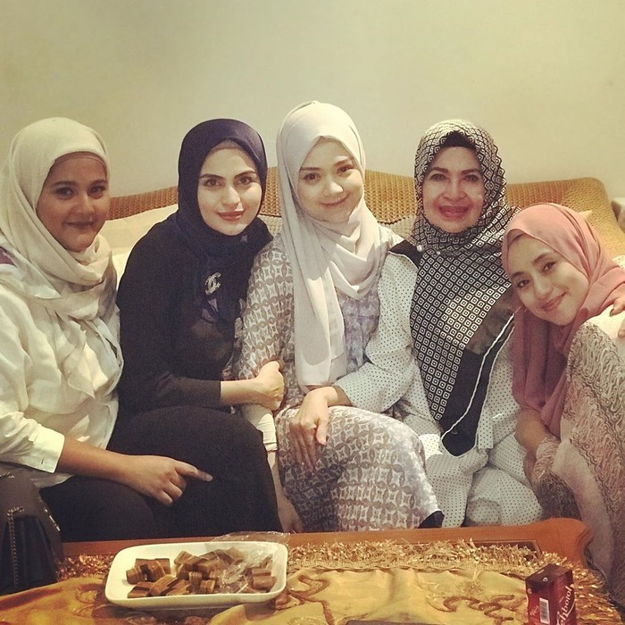 Wanita kelahiran 27 Oktober 1987 ini memang dikenal berhijab namun baru-baru ini ia mengunggah foto tanpa hijab. Disamping kabar itu, ia juga termasuk tukang makan yang senang kumpul. Foto: instagram asha shara