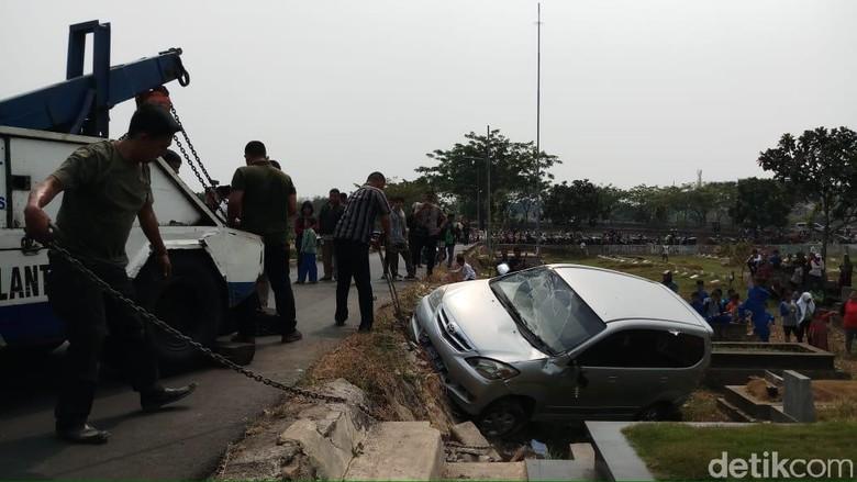 Terguling, Mobil Timpa Makam di TPU Tanah Kusir