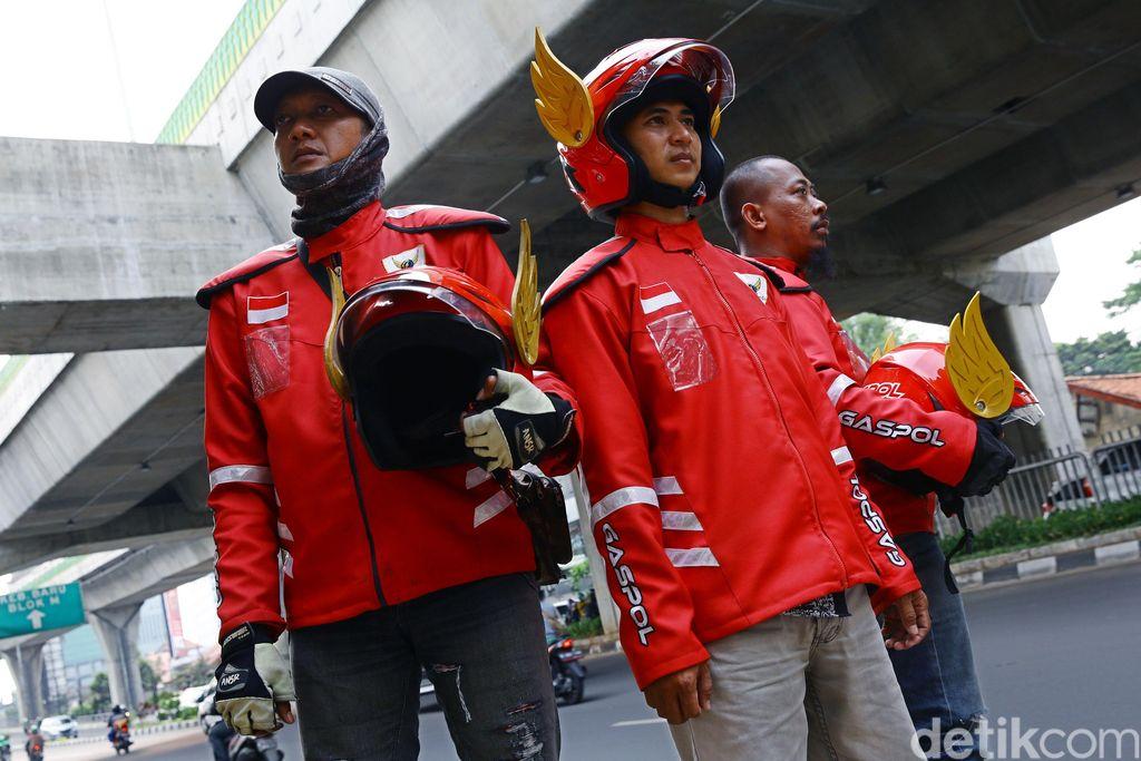 Bila kamu salah satu orang yang melihat unggahan foto orang menggunakan helm bersayap layaknya hero di film Gundala, maka itu adalah salah satu atribut dari Gaspol yang memang baru beroperasi dua bulan terakhir ini.