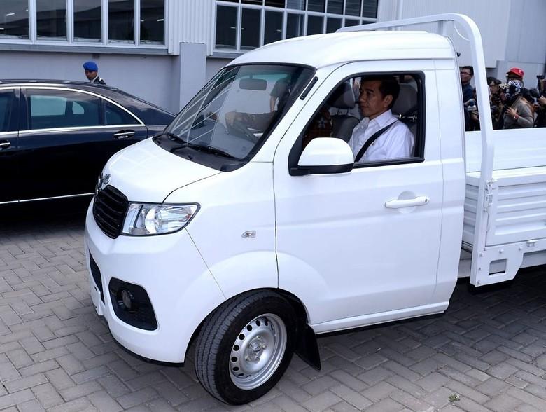 Presiden Joko Widodo (Jokowi) meninjau pabrik mobil Esemka di Boyolali, Jawa Tengah. Bahkan Jokowi tampak semringah saat menjajal pikap keluaran Esemka.