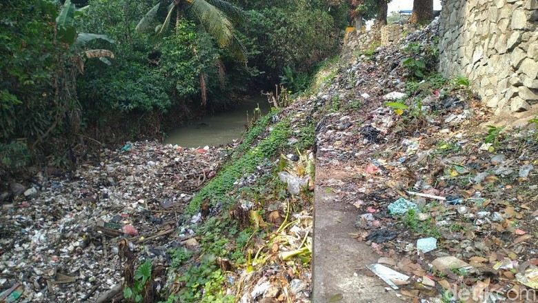 Pagi Ini Tumpukan Sampah Masih Terlihat di Kalibaru Bogor