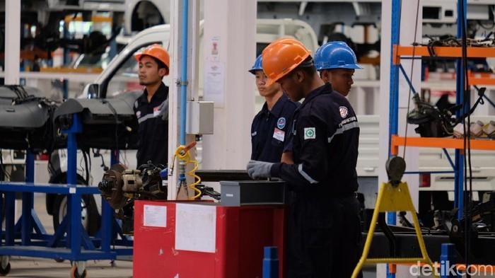 Presiden Joko Widodo (Jokowi) meninjau pabrik mobil Esemka yang terletak di Boyolali, Jawa Tengah (Andhika-detikcm).