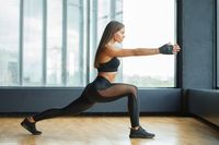 Olahraga gerakan lunges.
