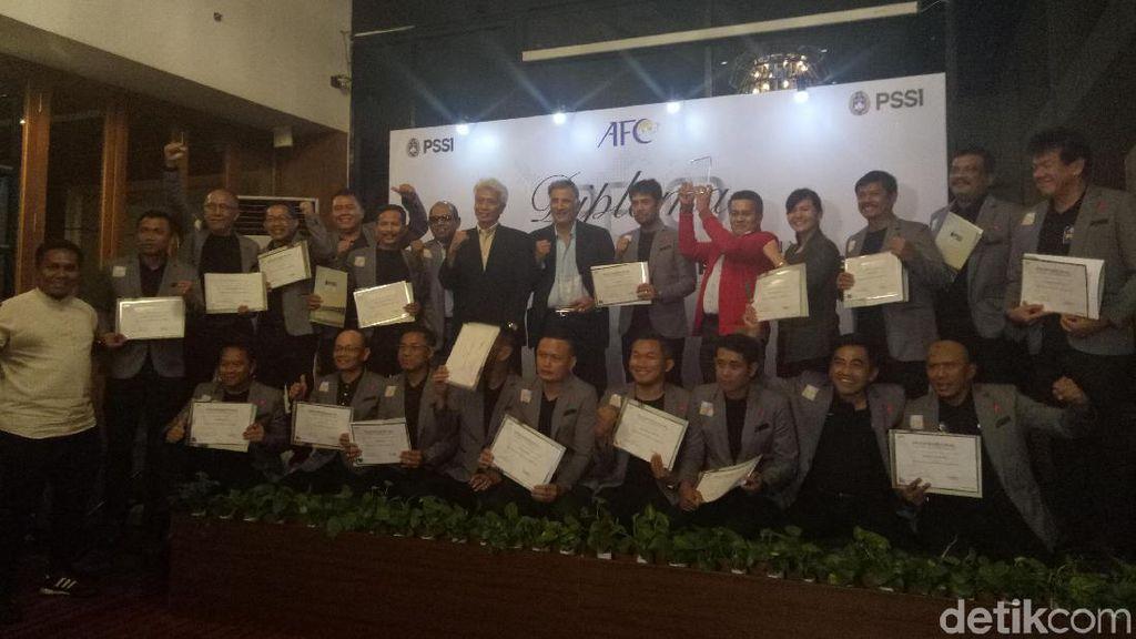 PSSI Berikan Penghargaan Kepada 20 Pelatih Lulusan AFC Pro