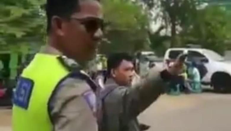 Viral! Dirazia Petugas, Pemuda Ini Malah Keluarkan Jurus Silat