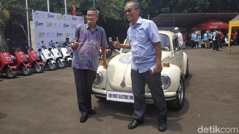 Sarwono Kusumaatmadja jajal mobil VW Beetle listrik.  Foto: Ridwan/detikcom