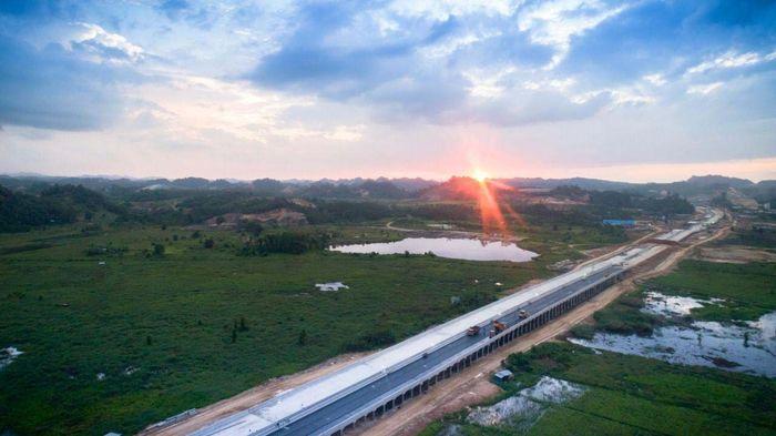 Tol Balikpapan-Samarinda adalah jalan tol pertama di Kalimantan. Tol ini membentang sepanjang 99,35 km yang terdiri atas 5 seksi. Pool/Wijaya Karya.