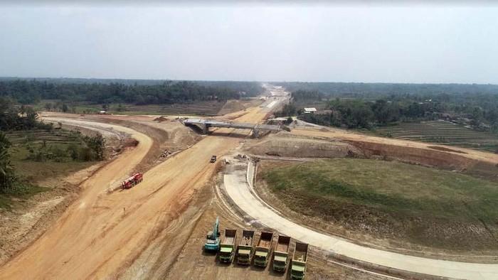 Proyek jalan tol Serang-Panimbang di Banten sedang dibangun. Targetnya seksi 1 yang meliputi ruas Serang hingga Rangkasbitung rampung pertengahan 2020. Intip yuk proyekya.