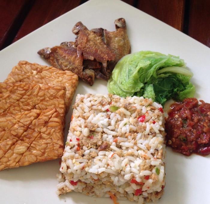 Racikan sederhana ini disebut sangu tutug oncom. Oncom hitam plus bawang putih, cabe dan kencur diaduk dengan nasi panas. Gurih pedas rasanya ! Foto : Instagram @mrs.viriya