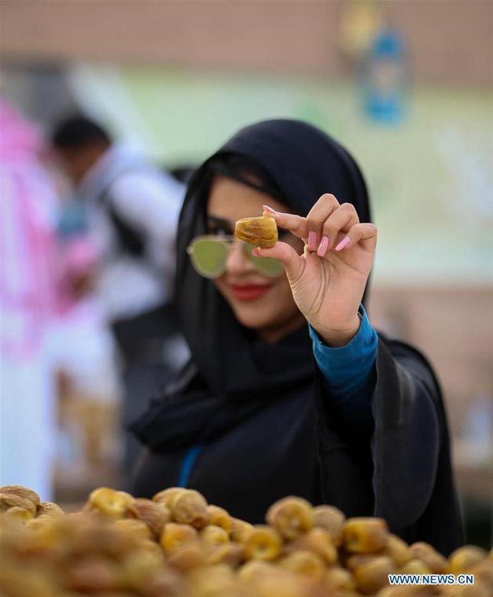 Di saat musim panen, banyak varietas kurma mengisi pasar grosir dan eceran di seluruh kerajaan, yang menawarkan jumlah pohon kurma terbesar di dunia dan merupakan penghasil kurma segar terbesar ketiga di dunia. Buraydah Dates Festival media section/Handout via Xinhua.