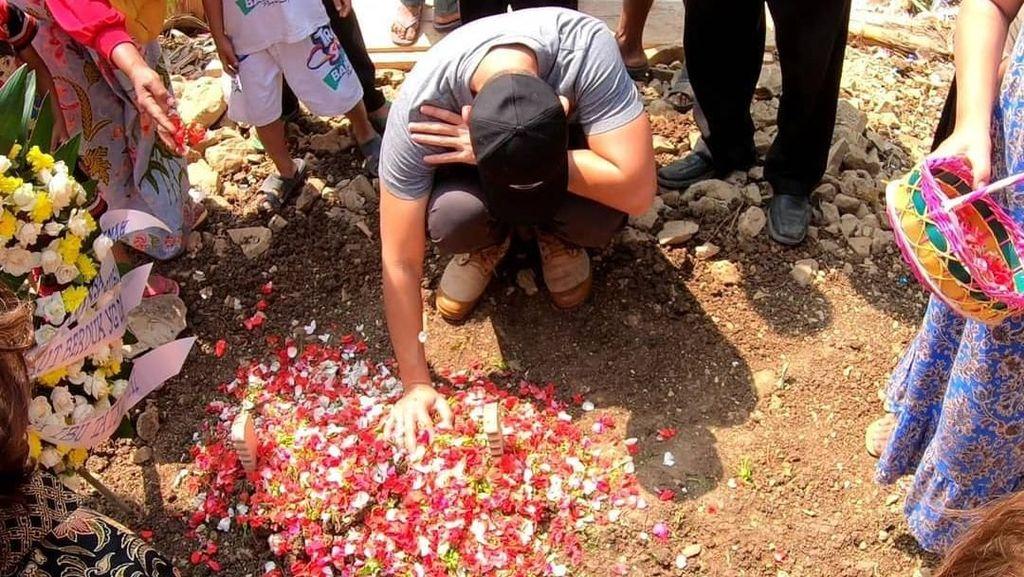 Bima Aryo Ziarah ke Makam ART yang Tewas Diserang Anjingnya