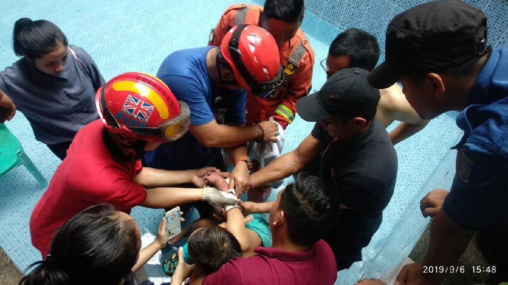 Aksi Dramatis Penyelamatan Balita Terjepit di Saluran Air Kolam Renang