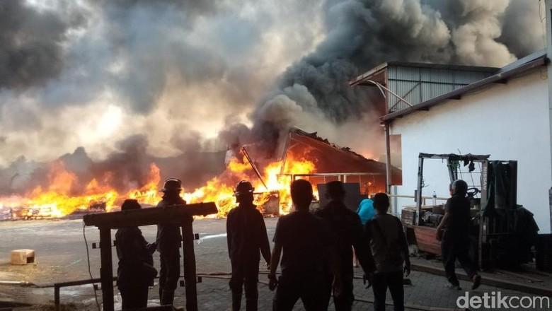 Berawal dari Kebakaran Ilalang, Pabrik di Sidoarjo Ludes Terbakar