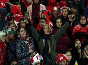 Dilarang Nonton Bola di Stadium, Wanita di Iran Menyamar Jadi Pria