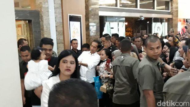 Presiden Jokowi dan keluarganya di Mal Paragon, Solo.
