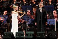Penyanyi tenor Andrea Bocelli dalam sebuah konser dengan iringan orkestra di Vatikan.