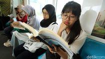 Asyik, Kini Penumpang Bisa Baca Buku di MRT