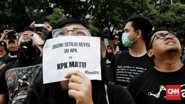 Pegawai Tutup Logo di Gedung KPK dengan Kain Hitam