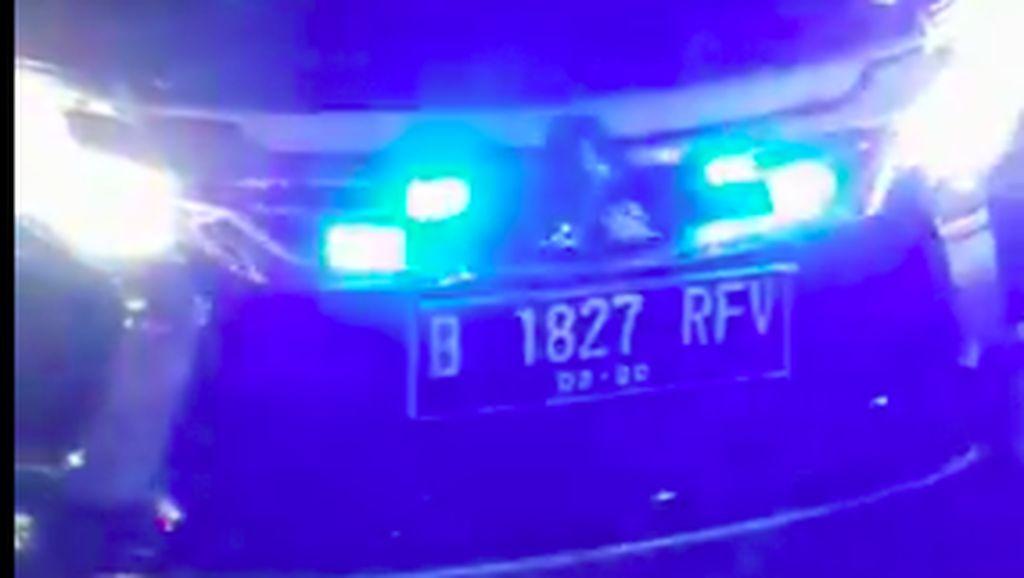 Mobil Berpelat Nomor RF Pakai Strobo pun Tak Kena Ampun Polisi