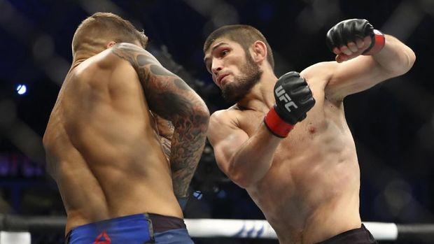Khabib Nurmagomedov dan Dustin Poirier bertukar kaus usai UFC 242.