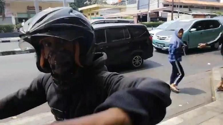 Jadi Contoh Tak Baik, Pemotor Serang Pejalan Kaki di Trotoar Minta Maaf