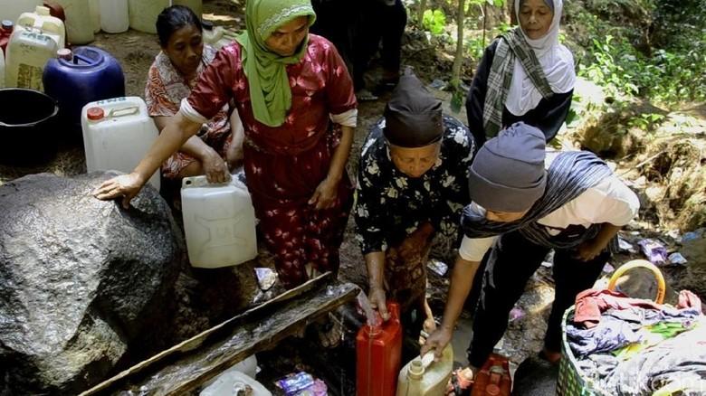 Warga di Pekalongan Ini Harus Keluar Masuk Hutan Cari Air Bersih