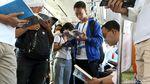 Momen Anies Baca Buku Berdiri di Gerbong MRT