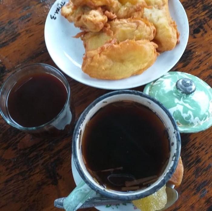 Kopi kampung biasanya diracik dengan biji kopi dark roast yang hitam pekat. Karenanya perlu ditambah gula. Dinikmati dengan pisang goreng. Mantap! Foto: Instagram @mes.suroso607